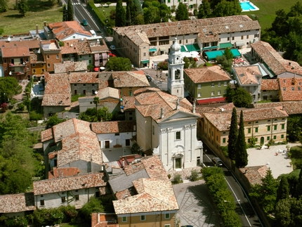 Lazise is history, culture and spas on lake Garda. Tourist information about apartments, camping and hotels for your holidays to lake Garda, Italy.